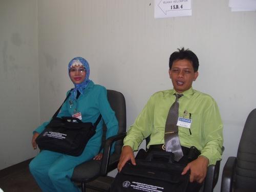 Pak Eko dan Ibu Rosmawati sabar menunggu presentasi