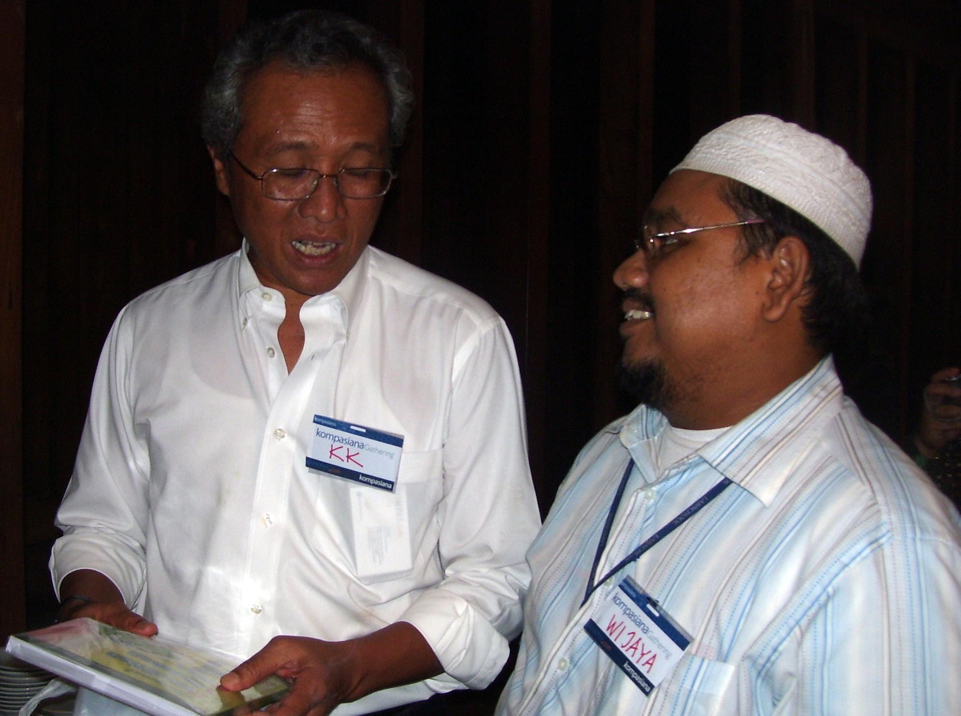 Memberikan Buku PTK kepada Menristek RI, bapak Kusmayanto Kadiman