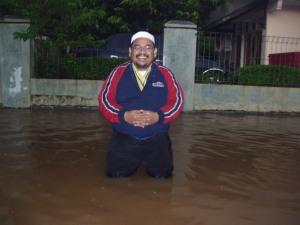 Banjir datang lagi di depan rumah Omjay
