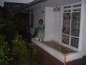 Oma yang tinggal sendirian di rumahnya