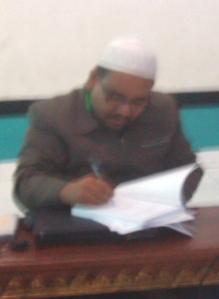Omjay Memberikan tanda tangan pada Buku PTK