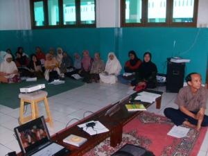 Peserta PTK di Al Bayan Sangat Serius Menyimak Materi PTK